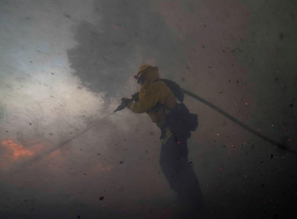 Cerca de 100 mil personas han sido evacuadas desde el domingo y dos bomberos resultaron severamente heridos durante sus trabajos