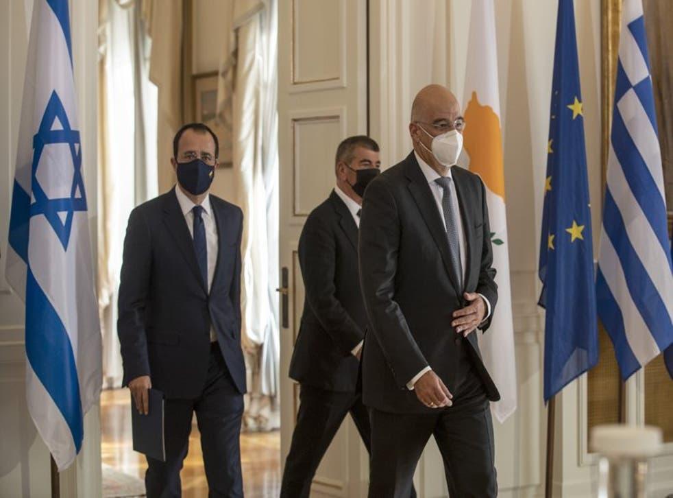 Los ministros de relaciones de exteriores de Grecia, Nikos Dendias; el de Israel Gabi Ashkenazi y el de Chipre, Nikos Christodoulides