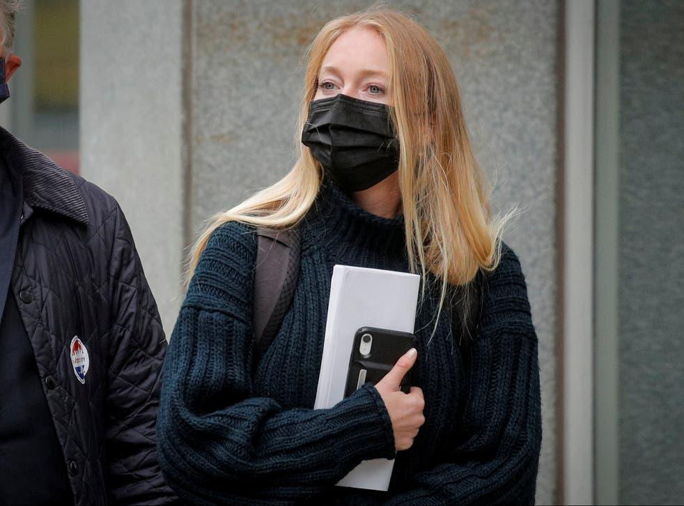 India Oxenberg llega para la audiencia de sentencia de Keith Raniere en Brooklyn, Nueva York, el 27 de octubre de 2020