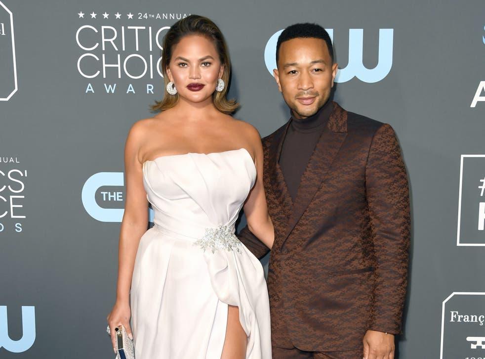Chrissy Teigen dice que John Legend 'odió' tomar fotos de la pérdida de su bebé.
