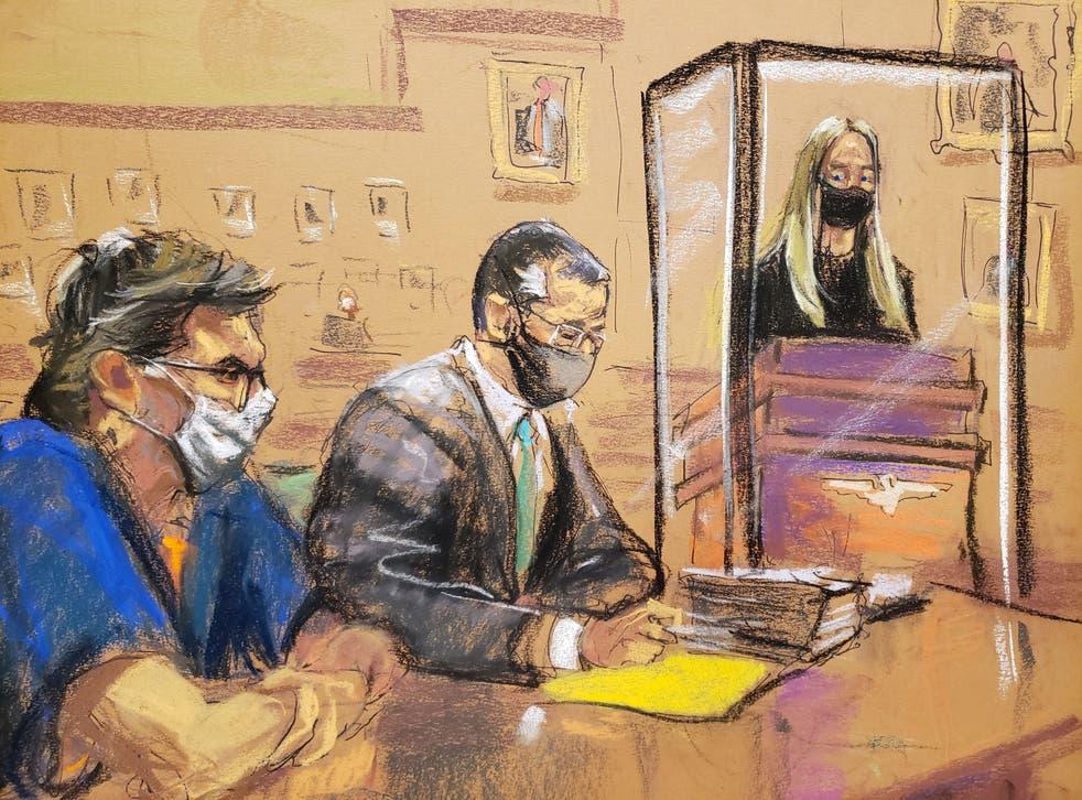 India Oxenberg da una declaración sobre el impacto de la víctima mientras Keith Raniere se sienta con su abogado durante la audiencia de sentencia.