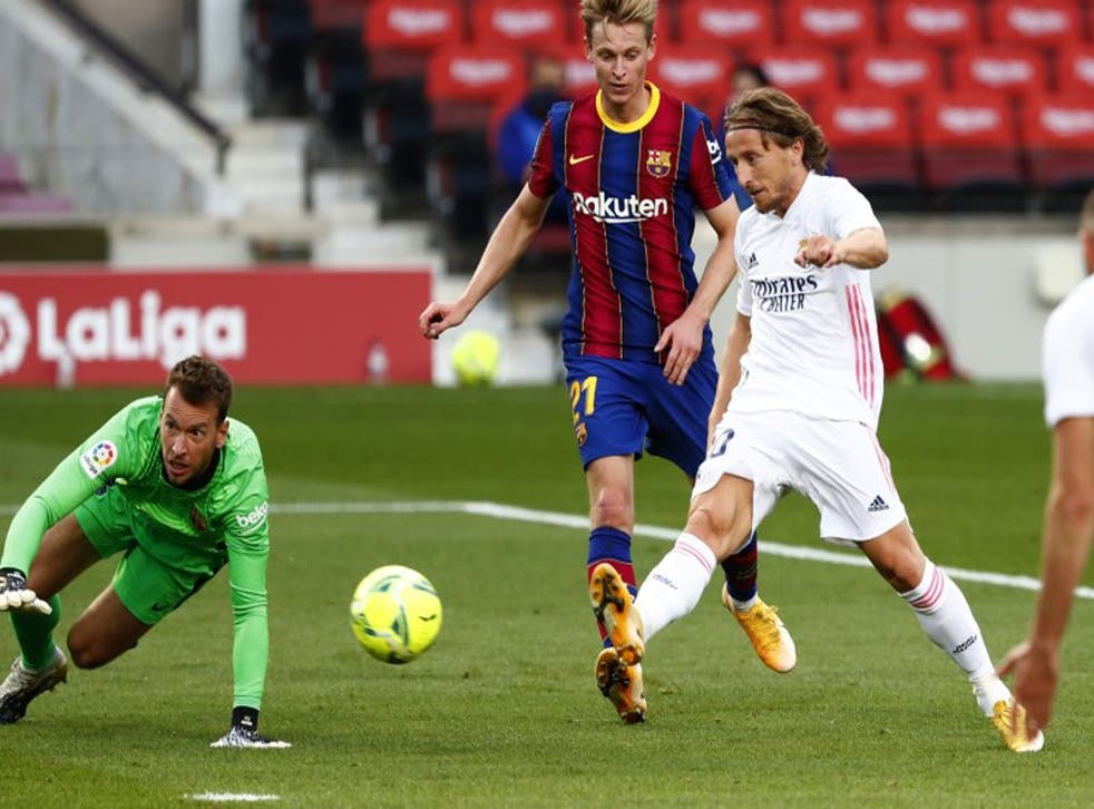 Luka Modric del Real Madrid anota el tercer gol en la victoria 3-1 ante el Barcelona.
