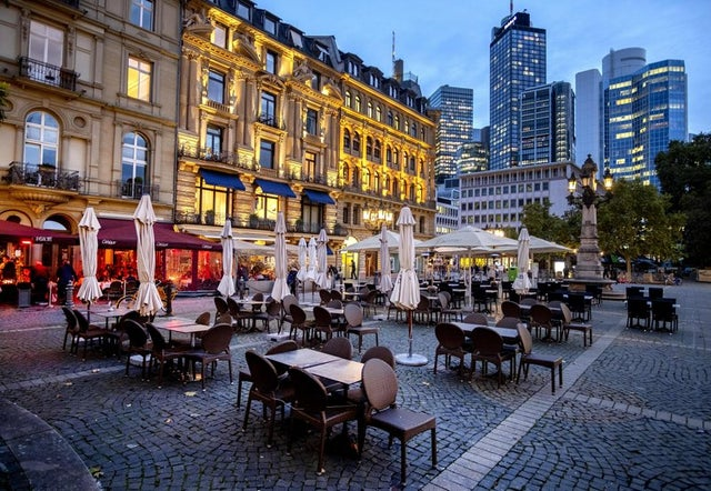 Sillas y mesas yacen sin comensales el miércoles 28 de octubre de 2020 en la Plaza de la Ópera, en Fráncfort, Alemania.