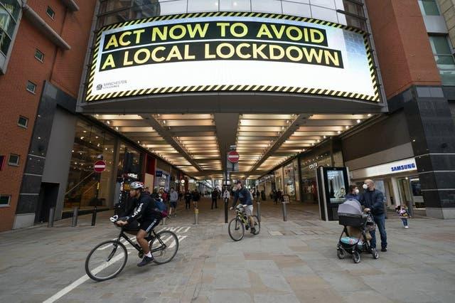"""Imagen del 22 de septiembre de 2020 con mensaje informativo con la leyenda: """"Actúa ahora para evitar un cierre nacional"""", en Manchester, Inglaterra."""