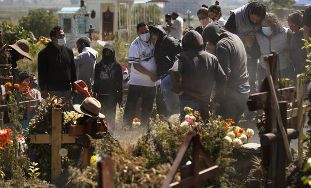 Parientes entierran a Isaac Nolasco en una sección del panteón municipal de Valle de Chalco en medio de la pandemia de coronavirus.