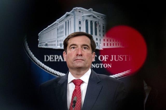 El secretario de Justicia adjunto para la División de Seguridad Nacional John Demer escucha durante una conferencia de prensa en el Departamento de Justicia, en Washington. (Foto/Andrew Harnik, archivo)