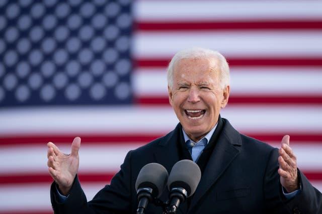 El candidato presidencial demócrata Joe Biden habla durante un autocine de campaña en la Feria Estatal de Iowa.