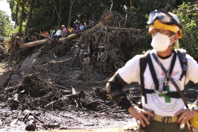 Un rescatista mira frente al tronco de un árbol que cayó durante un deslizamiento de tierra mortal en Nejapa, El Salvador, el viernes 30 de octubre de 2020. (Foto/Salvador Melendez)
