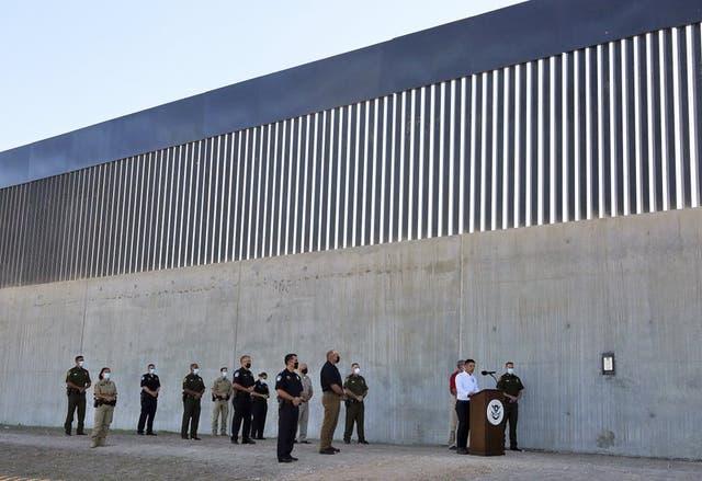 El secretario interino de Seguridad Nacional Chad Wolf pronuncia un discurso el jueves 29 de octubre de 2020 frente a una nueva sección del muro fronterizo, en McAllen, Texas. (Joel Martinez/The Monitor vía AP)