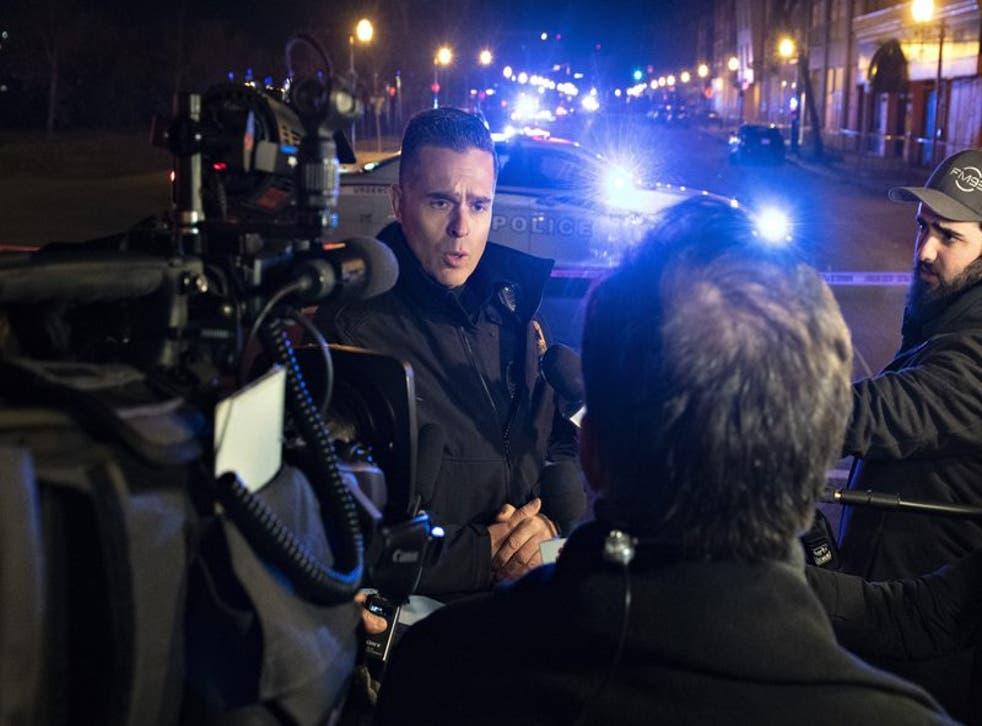 Etienne Doyon, vocero de la policía de Quebec, Canadá, informa sobre un ataque a puñaladas que dejó dos personas muertas y un sospechoso detenido, el domingo 1 de noviembre de 2020. (Jacques Boissinot/The Canadian Press via AP)