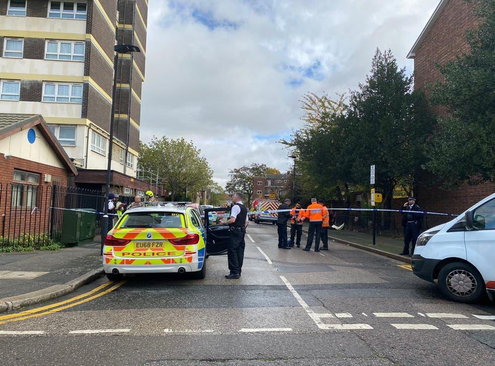 <p>Servicios de emergencia en la escena de Weddington Street en Stratford después de que un hombre muriera luego de una presunta explosión de gas.</p>