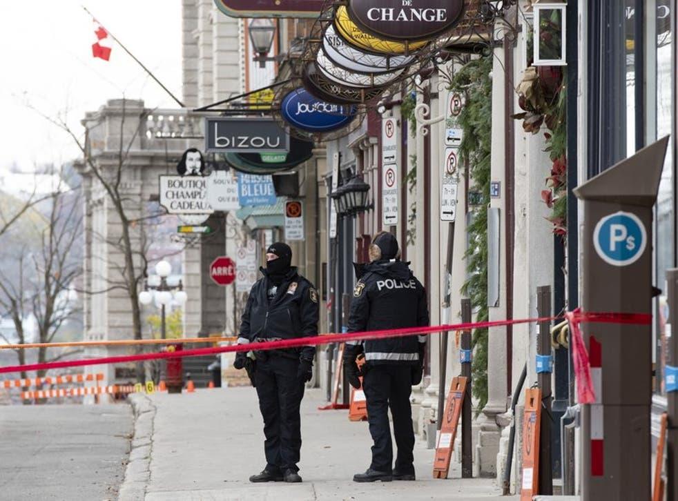 Policías montan guardia en el sitio de un ataque en el distrito histórico de la ciudad de Quebec.
