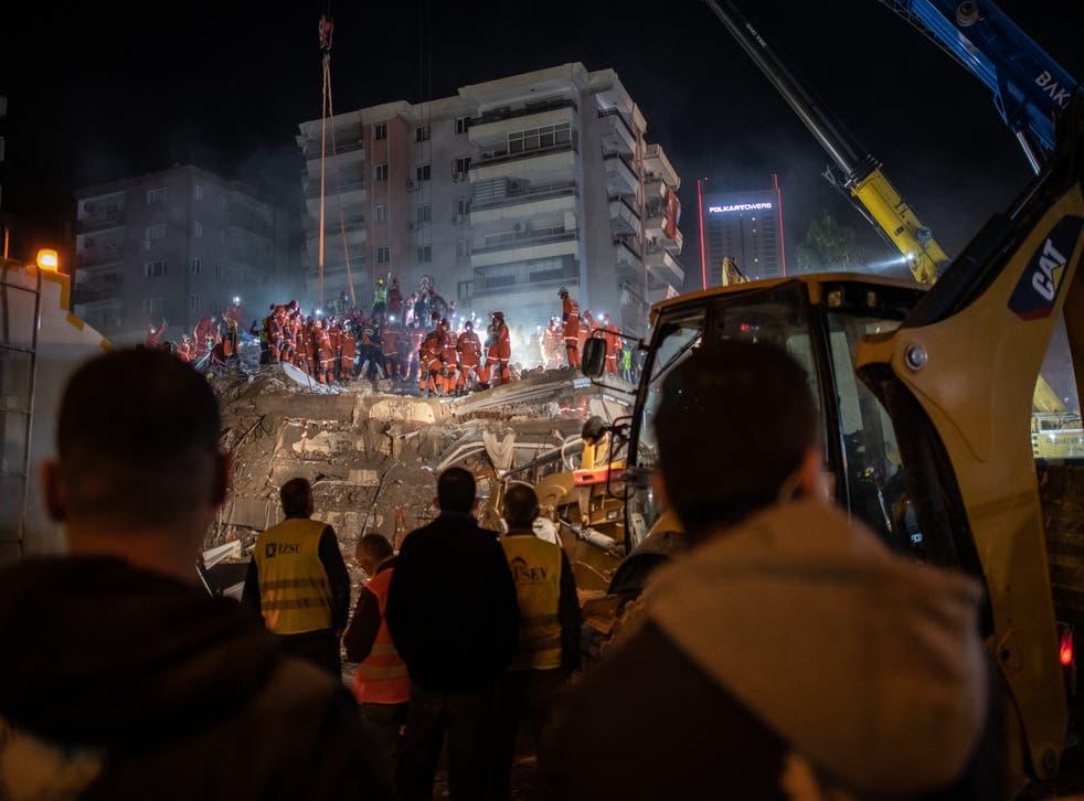 <p>Rescate de sobrevivientes en Izmir luego de terremoto que derribó edificios</p>