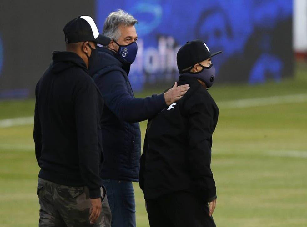 El técnico de Gimnasia y Esgrima ingresa en la cancha antes de un partido ante Patronato en La Plata.