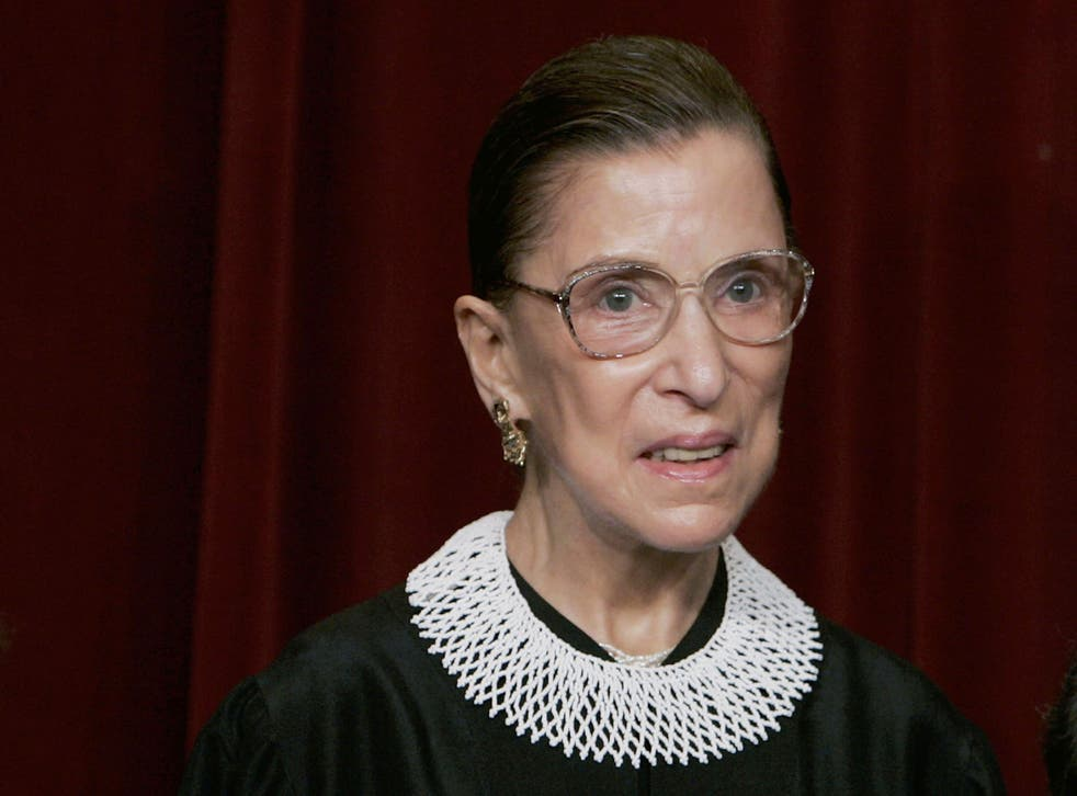 Ruth Bader Ginsburg con un collar de marca registrada
