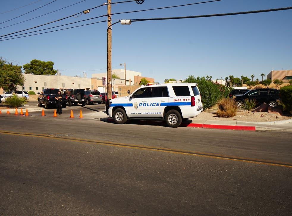 <p>La policía dijo que cuatro personas murieron, incluido el posible sospechoso muerto a tiros por los agentes.</p>