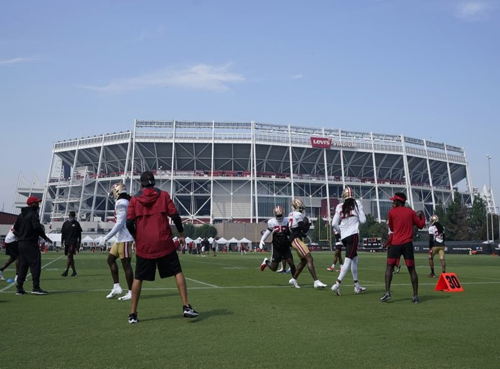 Los defensive backs de los 49ers de San Francisco durante un entrenamiento afuera del Levi's Stadium.