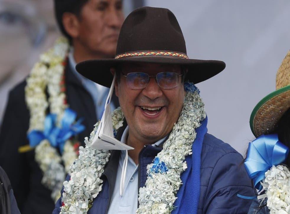El presidente electo Luis Arce sonríe durante una fiesta por su victoria electoral en El Alto, Bolivia, el sábado 24 de octubre de 2020. La región boliviana de Santa Cruz, bastión de la oposición, amaneció el jueves 5 de noviembre de 2020 con carreteras cortadas y una huelga convocada por organizaciones cívicas que denuncian un supuesto fraude electoral y piden la suspensión del juramento de Arce previsto para el domingo. (Foto/Juan Karita)