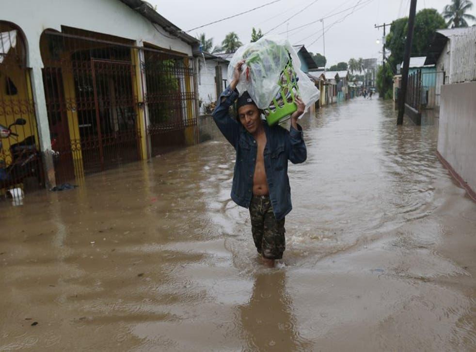 Un hombre camina por una calle anegada en San Manuel, Honduras, el 4 de noviembre de 2020.
