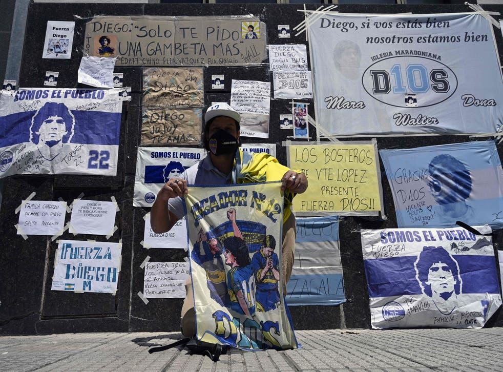 Muro con mensajes de aliento a Diego Maradona en las afueras de la Clínica Olivos de Buenos Aires el jueves 5 de noviembre de 2020.