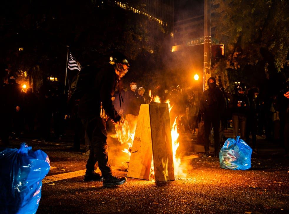 """Manifestantes encienden un fuego frente al Centro de Justicia Mark Hatfield en Portland, Oregon, el 4 de noviembre de 2020, durante una manifestación convocada por el movimiento """"Black Lives Matter""""."""
