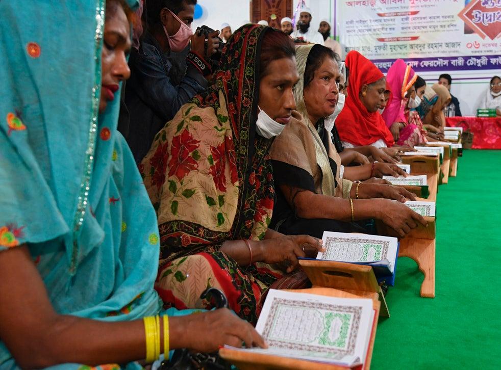 <p>Los miembros de la comunidad transgénero leen el sagrado Corán dentro de la madraza en Dhaka</p>