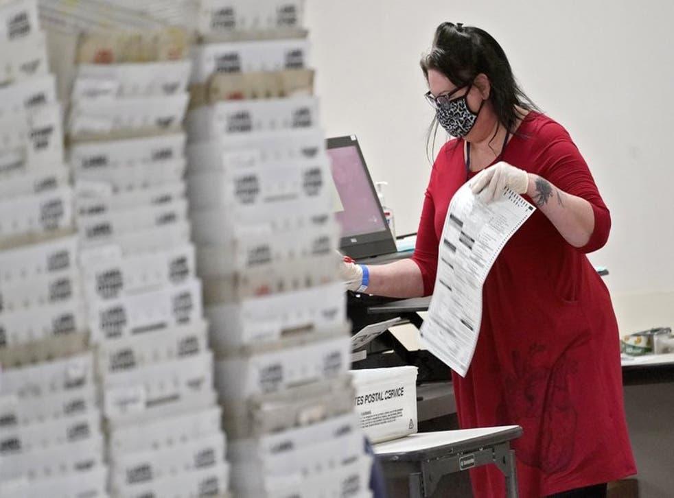 Funcionarios electorales de Arizona cuentan votos en la Oficina del Registrador del condado Maricopa, en Phoenix, el viernes 6 de noviembre de 2020.