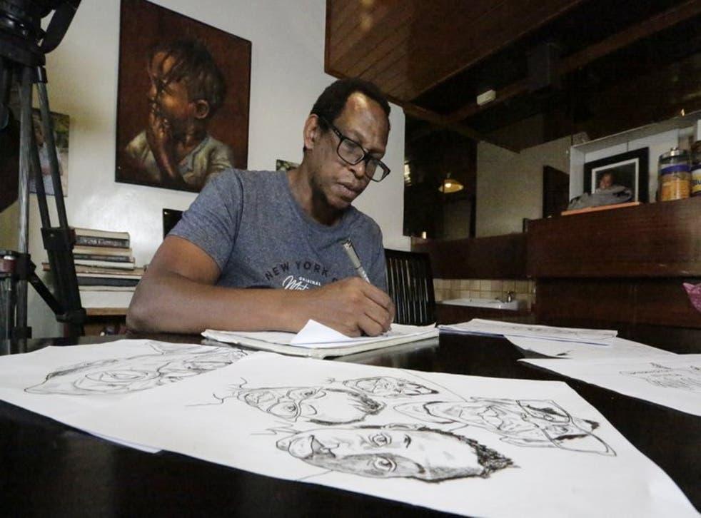 El dibujante y comentarista keniano Patrick Gathara, dibuja cartones en su casa de Nairobi, Kenia.