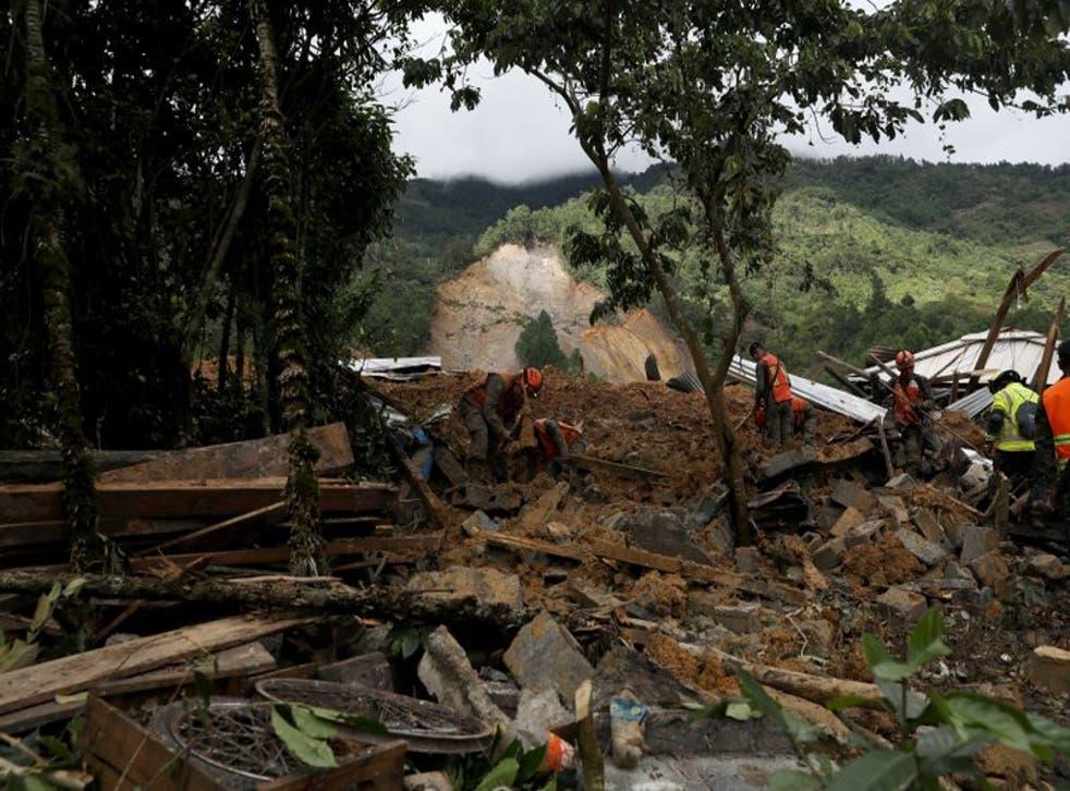 Equipos de rescatistas buscan sobrevivientes entre los restos de un enorme alud de tierra provocado por la lluvia en el poblado de Queja, en Guatemala, el sábado 7 de noviembre de 2020, tras el paso de la tormenta tropical Eta.