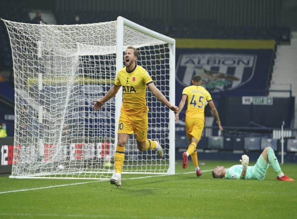 Harry Kane (izquierda) celebra el gol de Tottenham en la victoria 1-0 ante West Brom por la Liga Premier inglesa, el domingo 8 de noviembre de 2020, West Bromwich.
