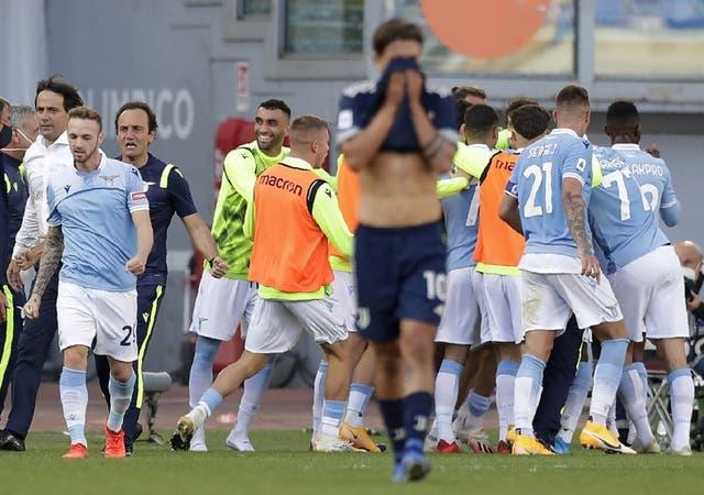 Felipe Caicedo es rodeado por sus compañeros de la Lazio tras anotar el gol del empate 1-1 contra la Juventus en la liga italiana, el domingo 8 de noviembre de 2020, en Roma.