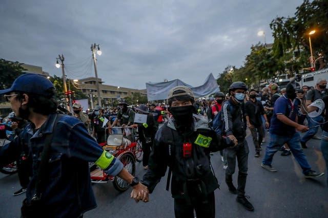 Manifestantes prodemocracia encabezan una marcha en Bangkok, Tailandia.