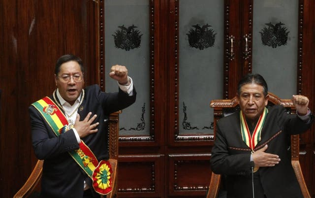 El nuevo presidente de Bolivia, Luis Arce, a la izquierda, y el vicepresidente David Choquehuanca, cantan el himno nacional durante el acto de toma de posesión en el Congreso en La Paz, Bolivia, el domingo 8 de noviembre de 2020