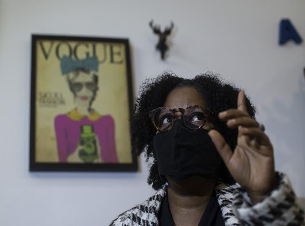 La diseñadora Angela Brito habla durante una entrevista en Río de Janeiro, el 6 de noviembre de 2020.