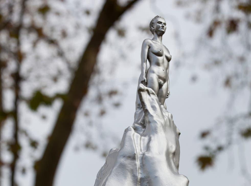 """<p>Algunos han criticado la obra de arte como """"irrespetuosa"""" por representar una figura femenina desnuda.</p>"""