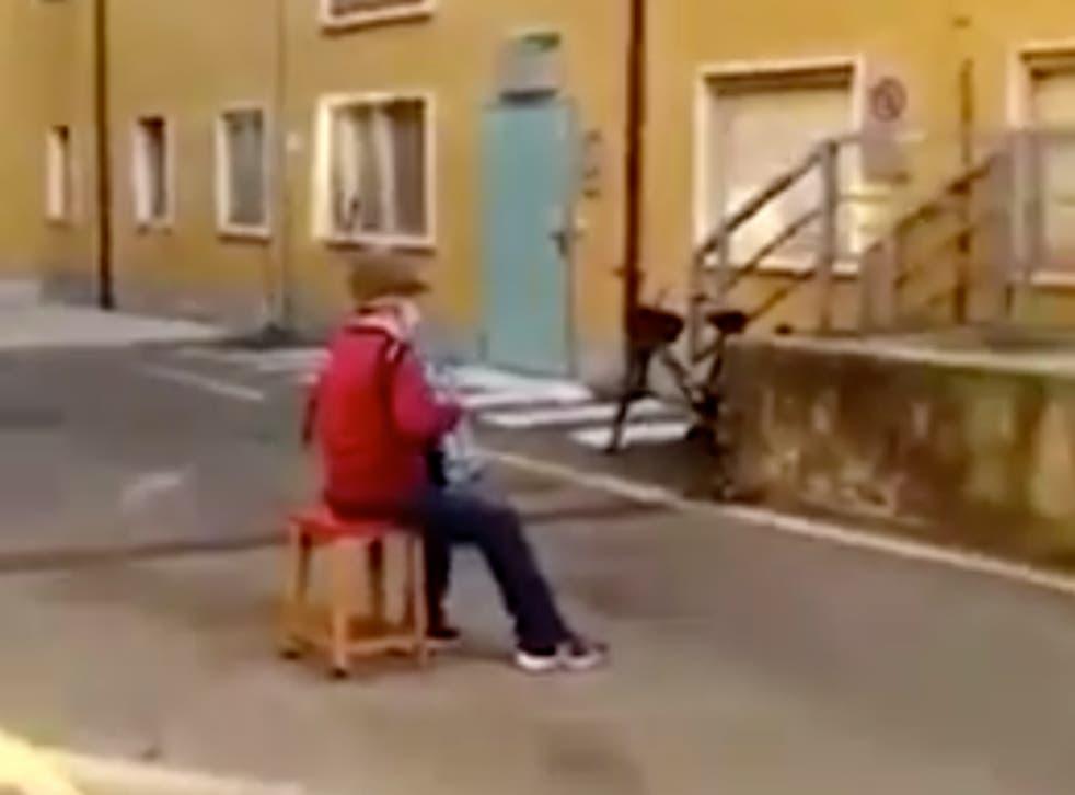 Stefano Bozzini dando una serenata a su esposa desde fuera del hospital