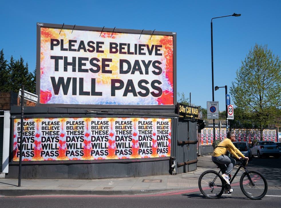 Ciclista paseos más allá de la cartelera de East London