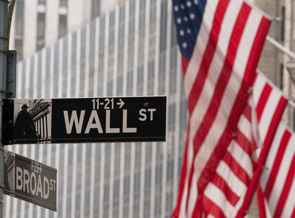 <p>ARCHIVO - Un letrero de Wall Street se ve afuera de la Bolsa de Valores de Nueva York, el jueves 5 de noviembre de 2020. Uno de los grandes temores de Wall Street en este mes fueron las elecciones presidenciales de Estados Unidos. El presidente Donald Trump se niega a ceder a pesar de que el demócrata Joe Biden obtuvo suficientes votos electorales para ganar la presidencia. Sin embargo, el S&amp;P 500 ha vuelto a subir este mes al borde de su máximo histórico.</p>