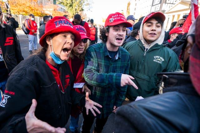<p>Los partidarios del presidente de los Estados Unidos, Donald J. Trump, chocan con un partidario del presidente electo Joe Biden en la plaza Black Lives Matter (BLM) fuera de la Casa Blanca</p>