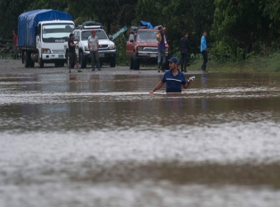 <p>Un hombre camina por una carretera inundada en Okonwas, Nicaragua, el miércoles 4 de noviembre de 2020.</p>