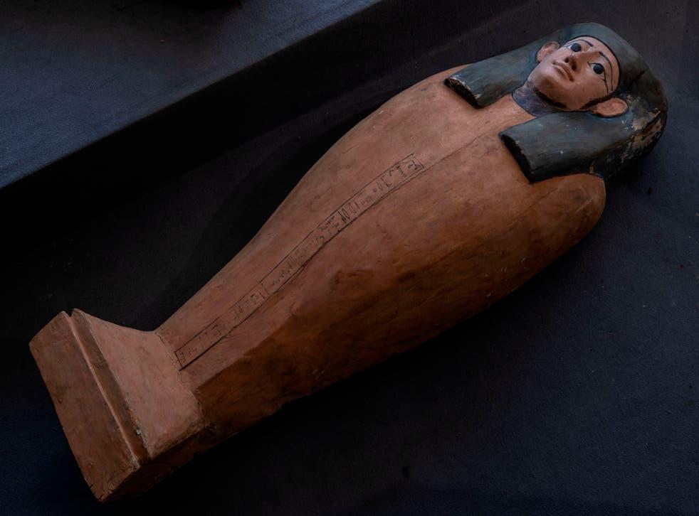 <p>La foto muestra un sarcófago de hace más de 2500 años descubierto en una vasta necrópolis en Saqqara, al sur de El Cairo, sábado 14 de noviembre de 2020. El hallazgo incluye un centenar de sarcófagos, algunos con momias en su interior, y estatuas.</p>