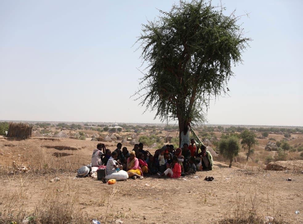 <p>Refugiados de la región etíope de Tigray esperan registrarse en un centro de la Alto Comisionado de Naciones Unidas para los Refugiados en Hamdayet, Sudán, el sábado 14 de noviembre de 2020.</p>