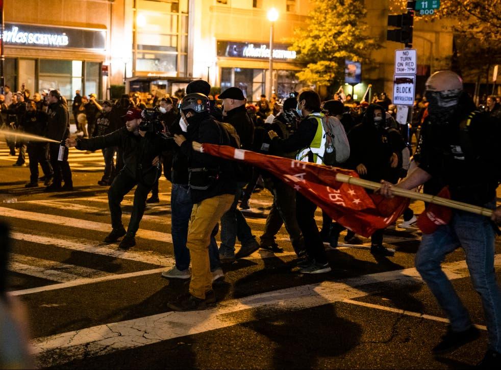 Los miembros de Antifa y Proud Boys se enfrentan en medio de la calle después de la 'Marcha del Millón de MAGA' en Washington, DC
