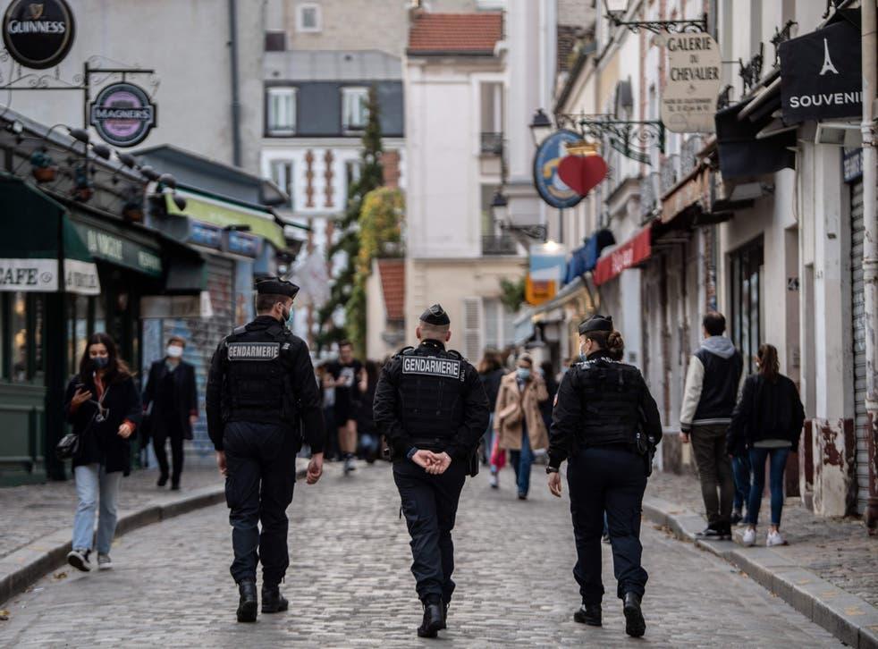 La policía ha intensificado los controles en la capital francesa para asegurarse de que las personas sigan las reglas de cierre.