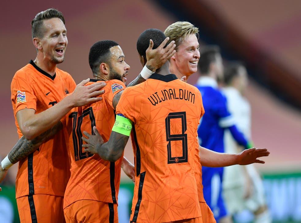 <p>Los holandeses Luuk de Jong (izquierda), Memphis Depay y Frenkie de Jong celebran con Georginio Wijnaldum tras su gol durante el partido de la Liga de Naciones contra Bosnia y Herzegovina, en Amsterdam, el domingo 15 de noviembre de 2020.</p>