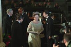 """Biógrafa real critica serie que retrata a familia real como """"villanos"""""""