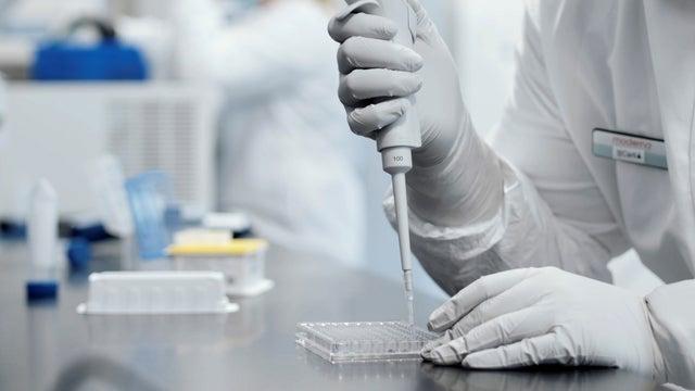 Un investigador trabaja en un laboratorio dirigido por Moderna, quien dijo que su vacuna experimental fue 94.5% efectiva para prevenir Covid-19