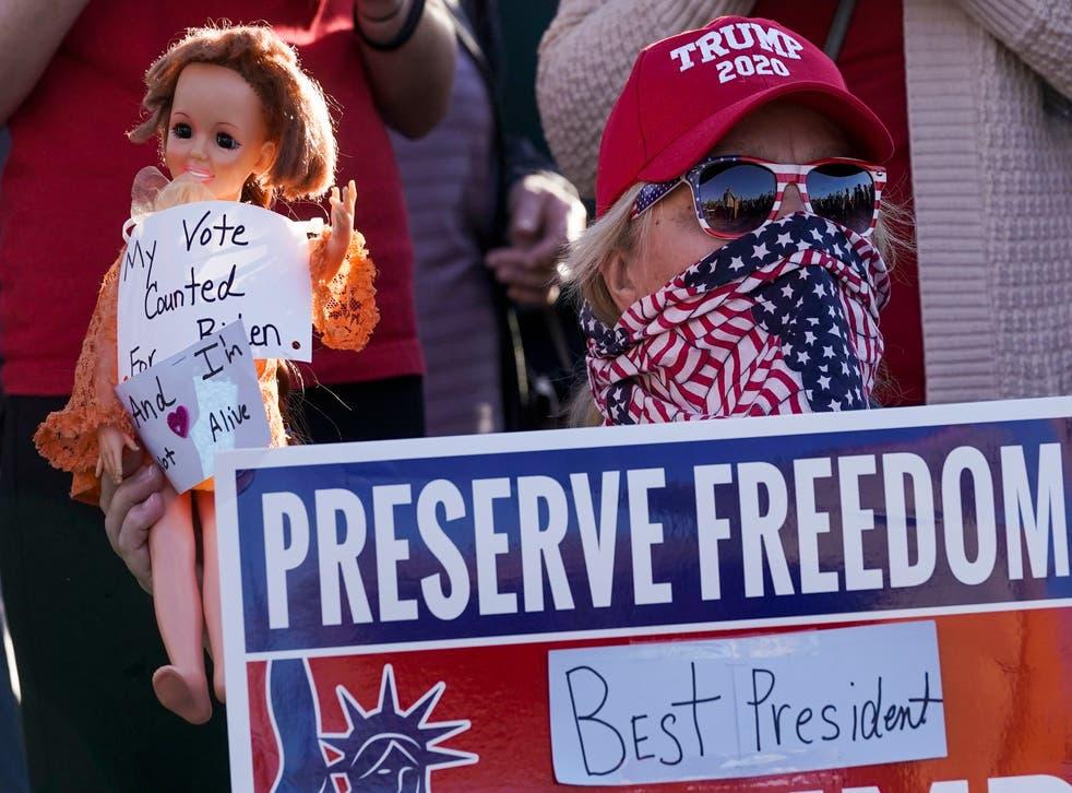 """<p>La foto del 7 de noviembre de 2020 muestra a un partidario del presidente Donald Trump con un cartel que dice """"preservar la libertad"""" después del anuncio de que el demócrata Joe Biden había ganado la elección.</p>"""