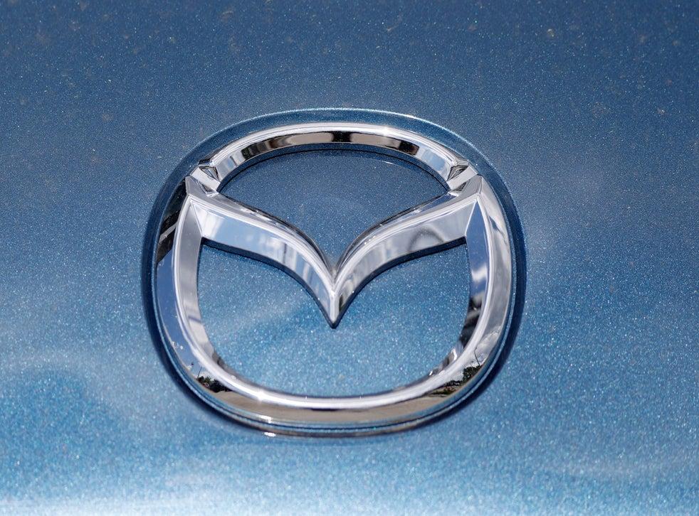 <p>El logotipo de la marca de automóviles Mazda en una foto del 14 de junio de 2020, en un distribuidor en Littleton, Colorado.</p>