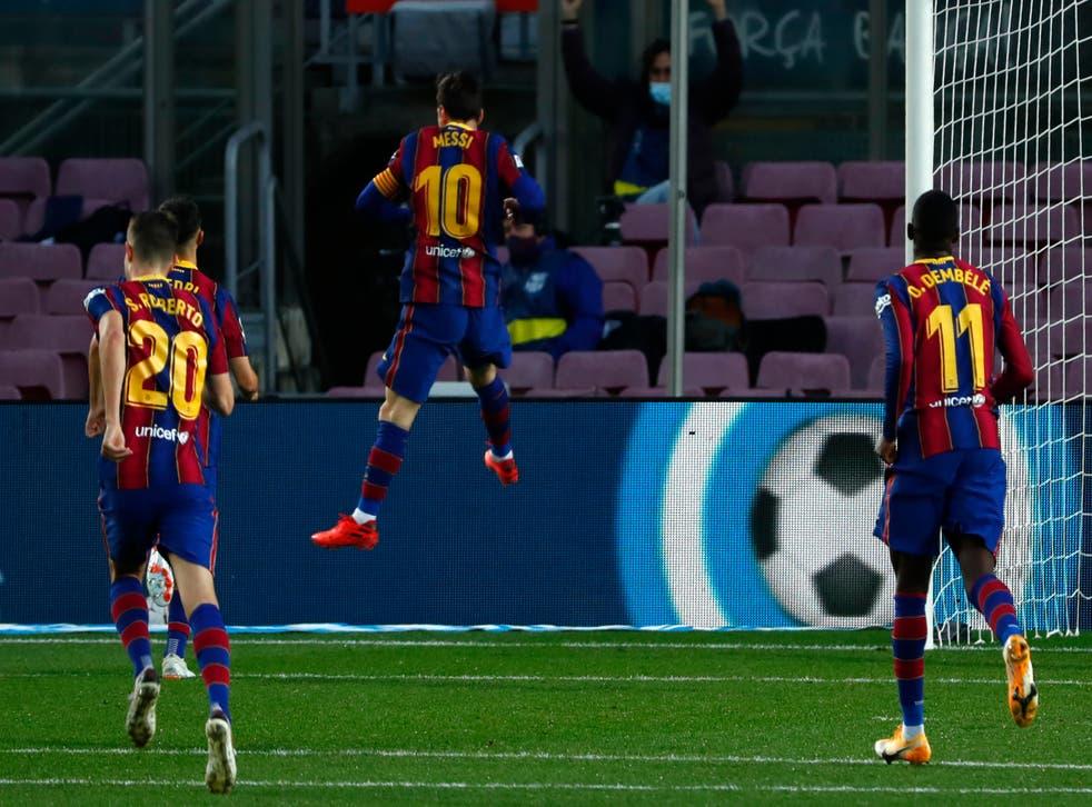 <p>El astro argentino Lionel Messi (10) festeja tras anotar el tercer gol del Barcelona en el partido por la Liga ante el Betis, en el Camp Nou de Barcelona, España, el sábado 7 de noviembre de 2020.</p>